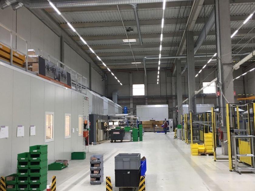 LED verlichting in produktiehal voor vliegtuigonderdelen