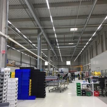 InduLED verlichting voor vliegtuigonderdelen : LED verlichting in produktiehal voor vliegtuigonderdelen